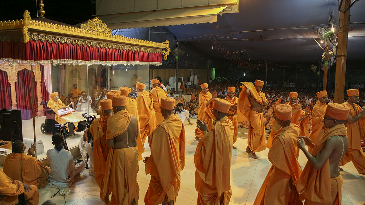 Newly initiated sadhus rejoice before Swamishri