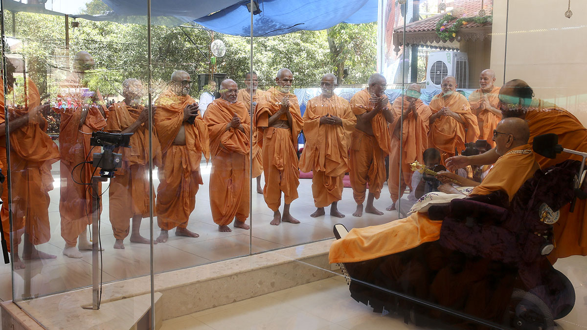 Senior sadhus doing darshan of Swamishri. These sadhus were given bhagwati diksha on 11 May 1961 by Brahmaswarup Yogiji Maharaj as part of the '51 yogeshwars' and completed 55 years as sadhus today.