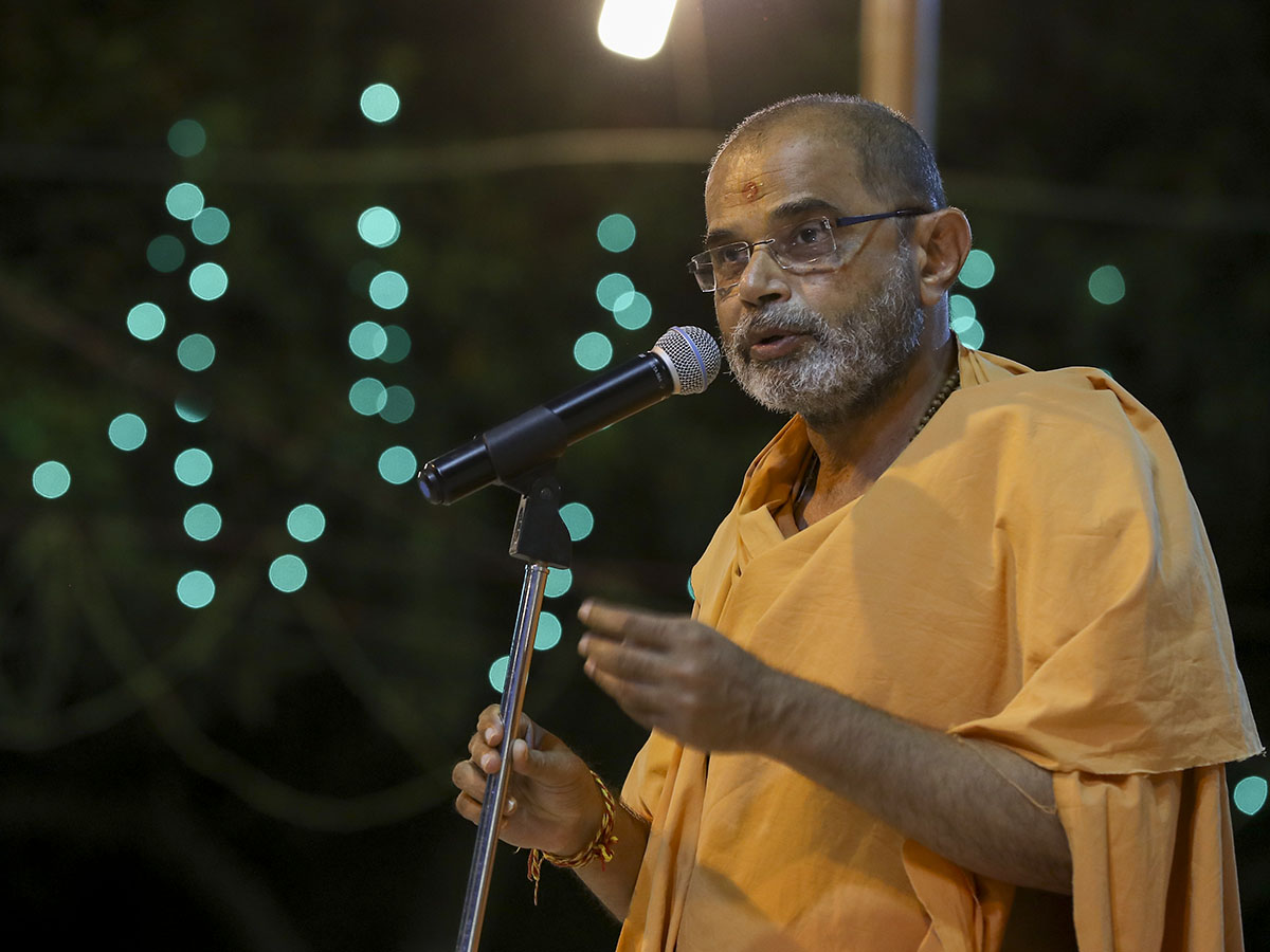 Gnaneshwar Swami addresses the assembly