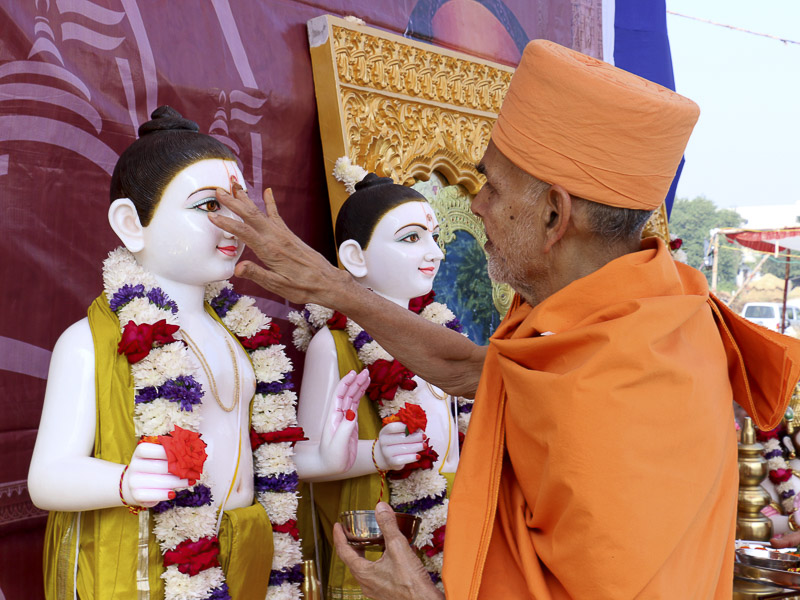Pujya Mahant Swami applies chandlo to Thakorji