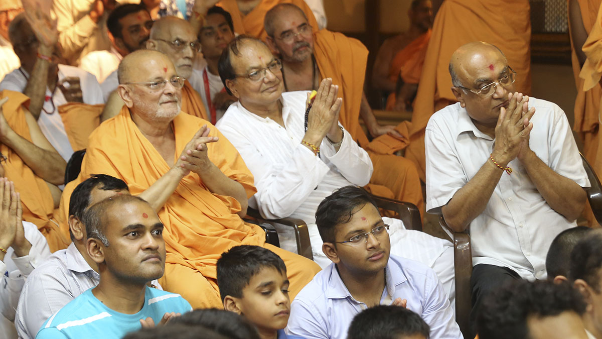 Pujya Ishwarcharan Swami doing darshan of Swamishri