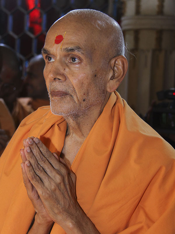 Param Pujya Mahant Swami engrossed in darshan of Thakorji, 24 Aug 2016