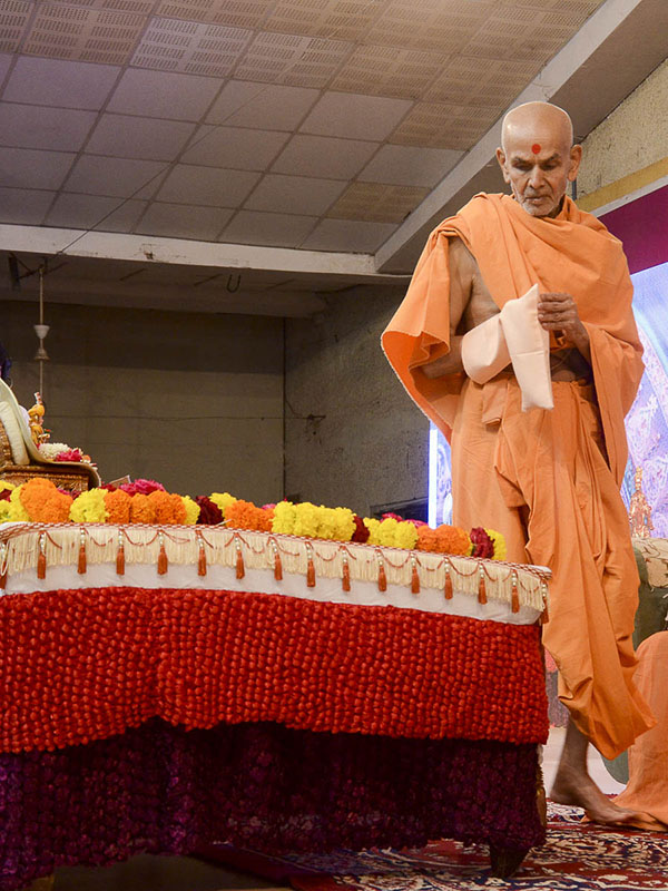 Param Pujya Mahant Swami performs his morning puja, 25 Aug 2016