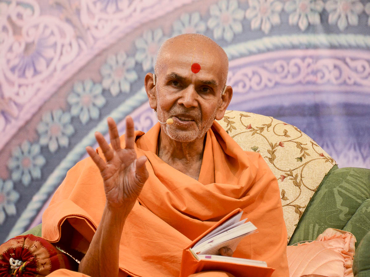 Param Pujya Mahant Swami delivers a discourse, 25 Aug 2016