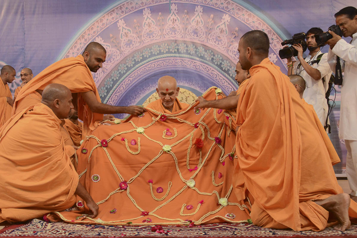 Sadhus honor Param Pujya Mahant Swami with a shawl, 25 Aug 2016
