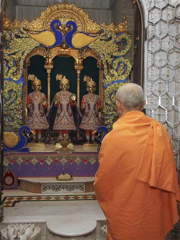 Param Pujya Mahant Swami engrossed in darshan, 25 Aug 2016