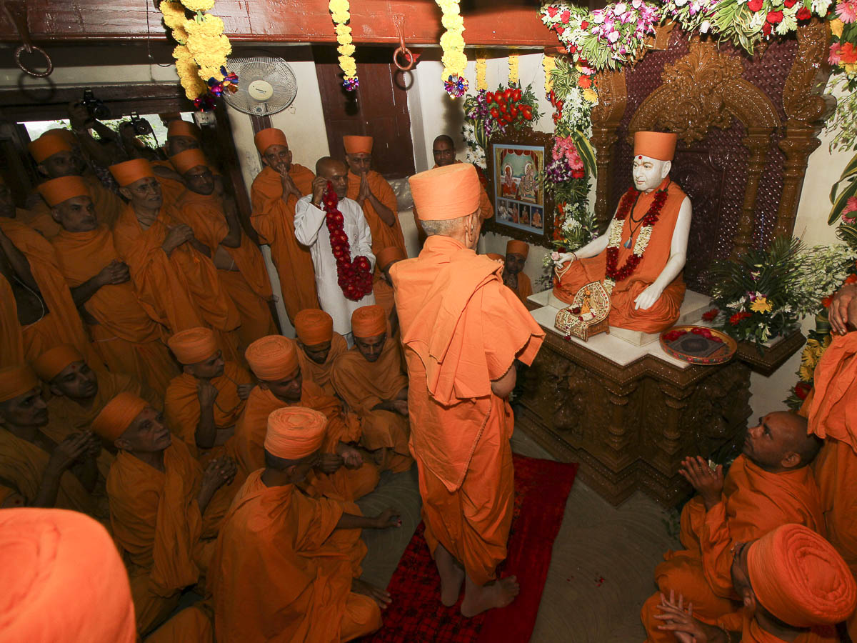 Param Pujya Mahant Swami doing darshan of Pramukh Swami Maharaj at his birth place, 25 Aug 2016