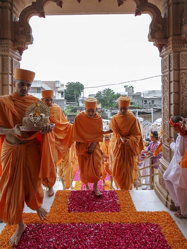 Param Pujya Mahant Swami arrives at BAPS Shri Swaminarayan Mandir, Chansad, 25 Aug 2016