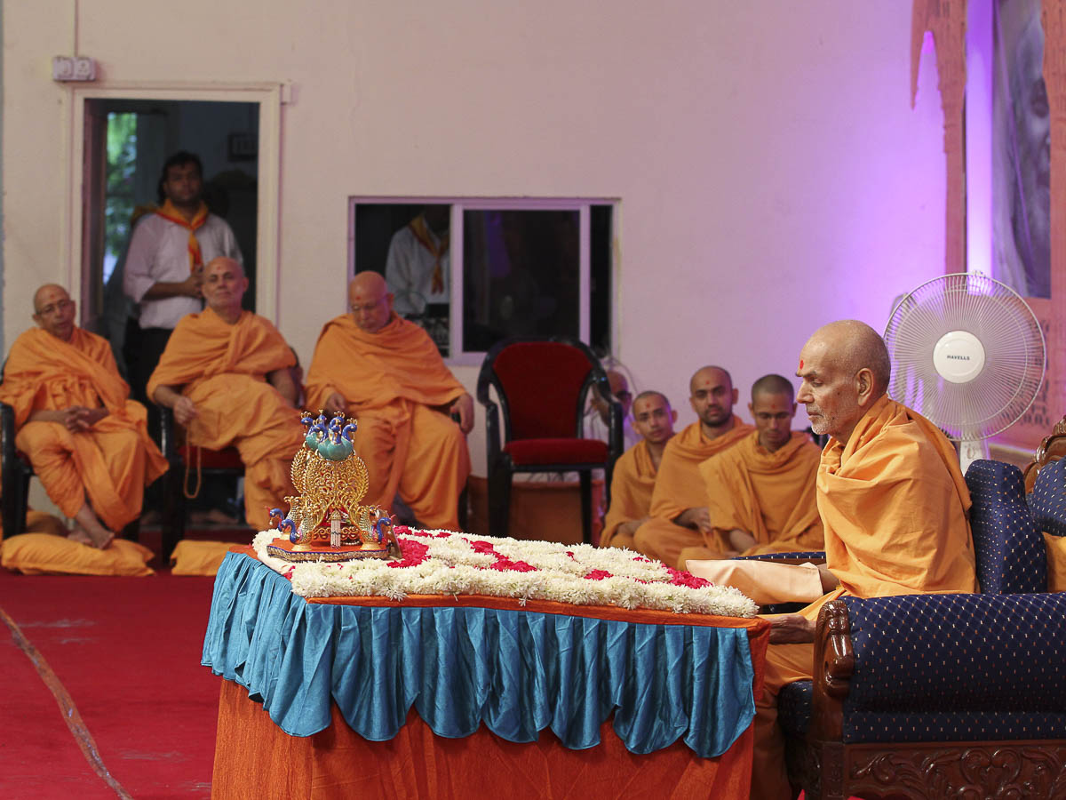 Param Pujya Mahant Swami performs his morning puja, 26 Aug 2016