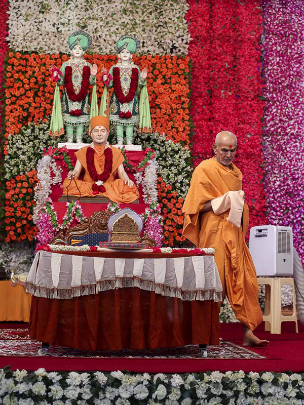 Param Pujya Mahant Swami performs his morning puja, 27 Aug 2016