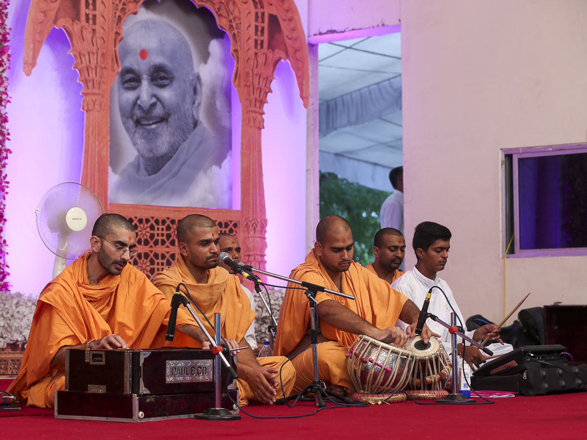 Kirtan bhakti during the HH Pramukh Swami Maharaj tribute assembly, 27 Aug 2016