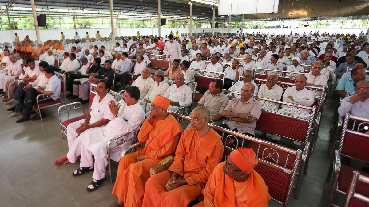Sadhus and devotees during tribute assembly, 27 Aug 2016