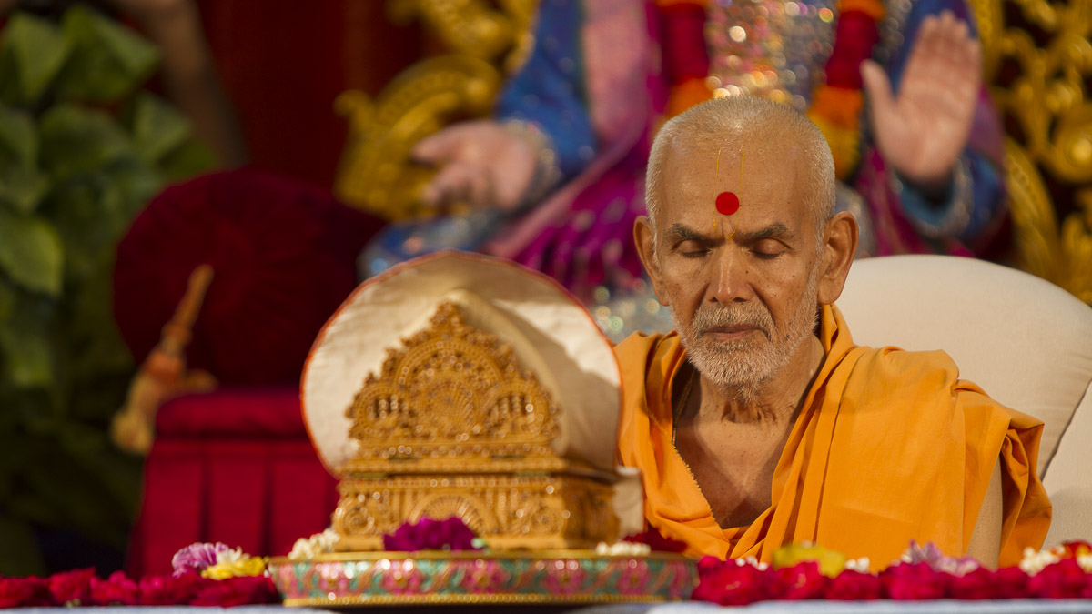 Param Pujya Mahant Swami performs his morning puja, 3 Sept 2016