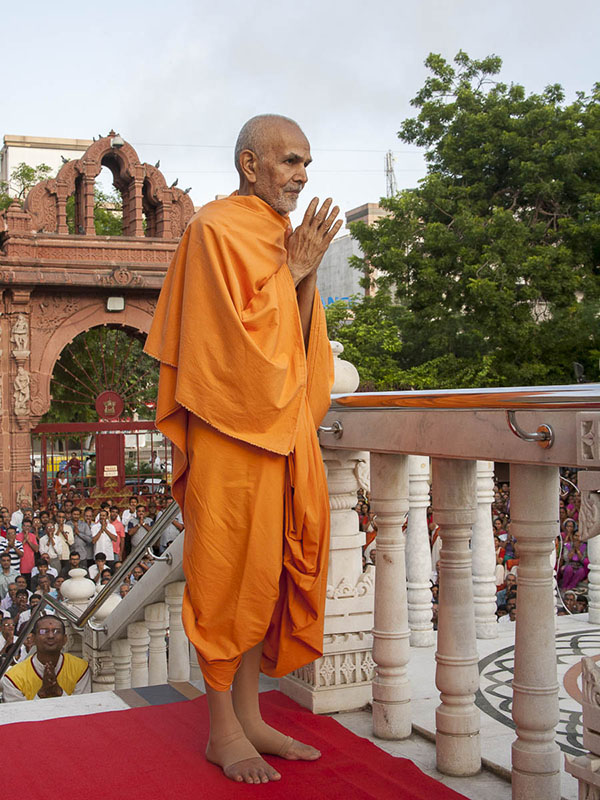 Param Pujya Mahant Swami greets all with 'Jai Swaminarayan', 4 Sep 2016