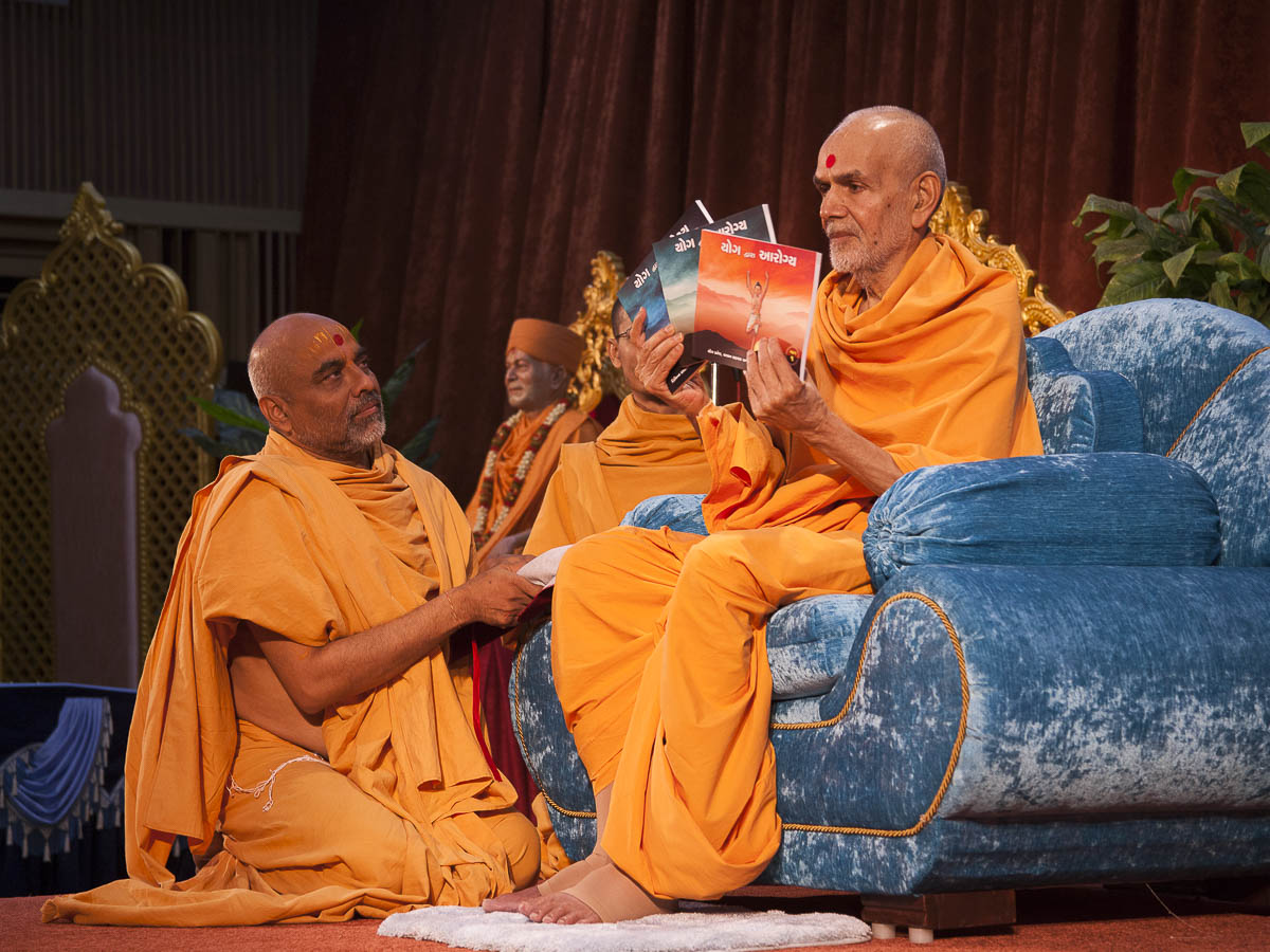 Param Pujya Mahant Swami inaugurates three part, print publication 'Yog dwara Arogya', 4 Sep 2016