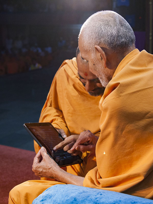 Param Pujya Mahant Swami inaugurates 'Mandir Word Search' App for smartphones and tablets, 4 Sep 2016
