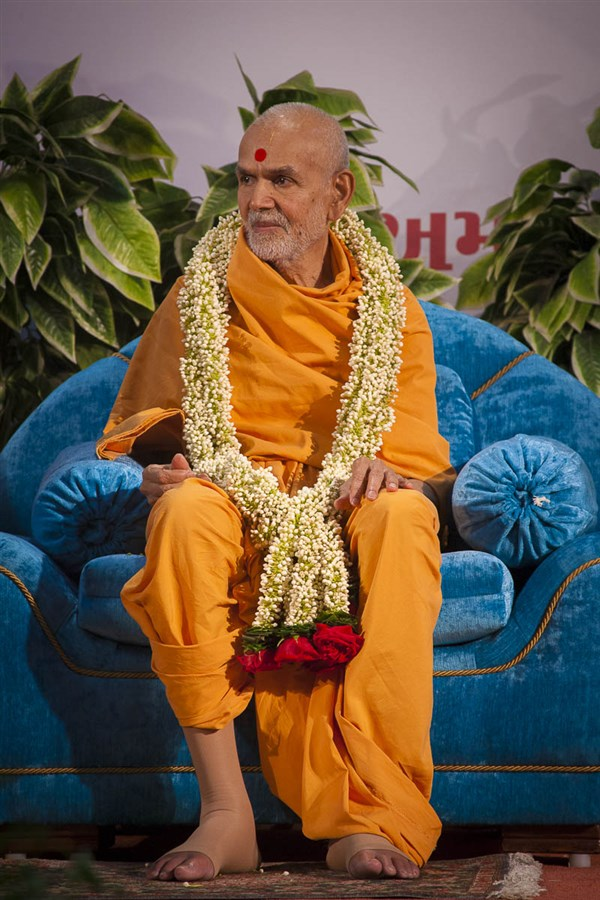 Param Pujya Mahant Swami honored with a garland, 5 Sep 2016
