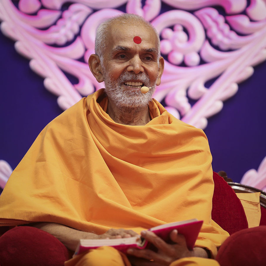Param Pujya Mahant Swami delivers a discourse, 12 Sep 2016