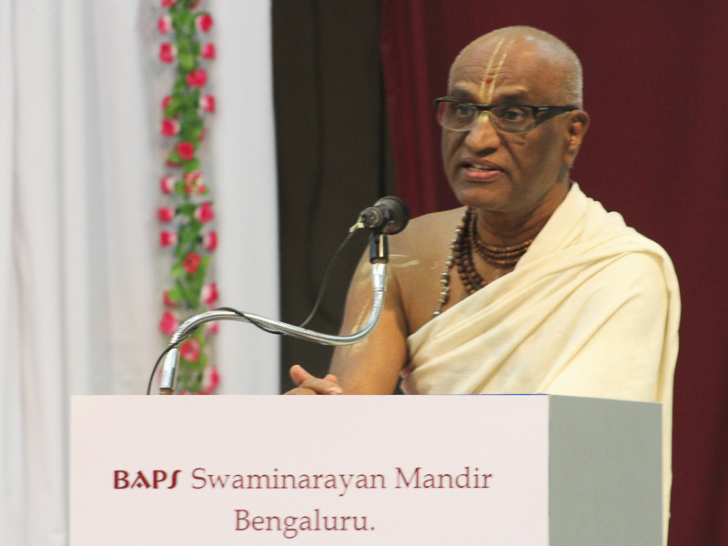 Pujya Madhu Pandit Das addresses the assembly