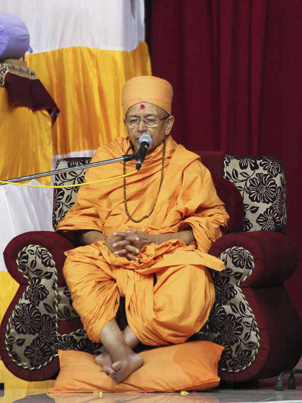 Pujya Tyagvallabh Swami addresses the assembly