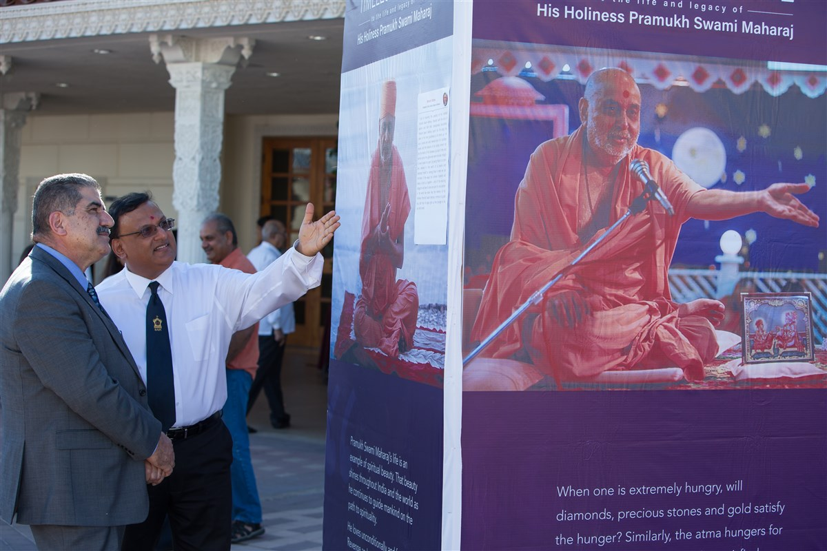 Chino Prison Ex- Warden, Aref Fakhoury, reading about the life of HH Pramukh Swami Maharaj