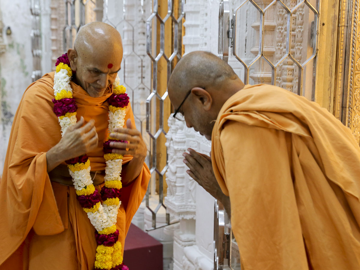 Gnaneshwar Swami welcomes Param Pujya Mahant Swami with a garland, 18 Sep 2016