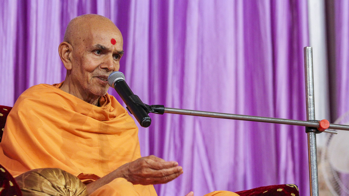 Param Pujya Mahant Swami blesses the assembly, 18 Sep 2016