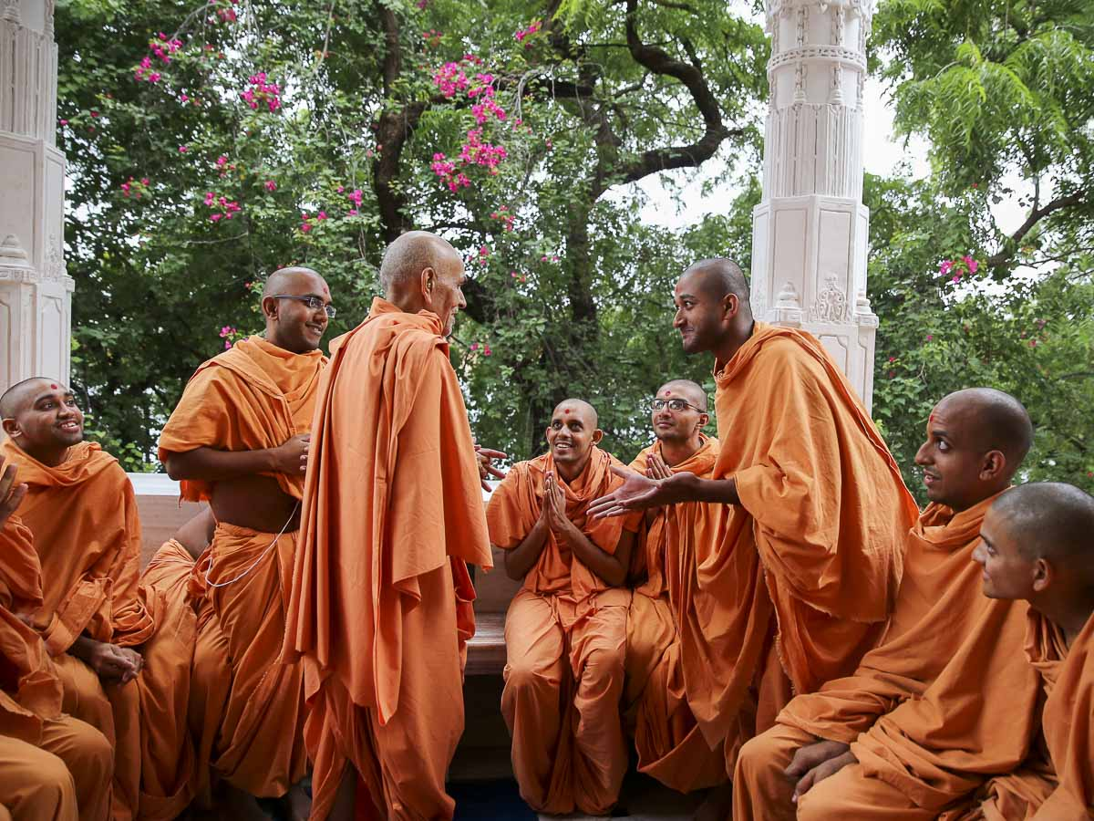 Param Pujya Mahant Swami converses with sadhus in the mandir pradakshina, 19 Sep 2016