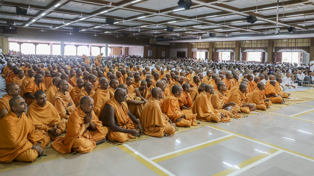 Sadhus and devotees during the Shastriji Maharaj Smruti Din assembly, 19 Sep 2016