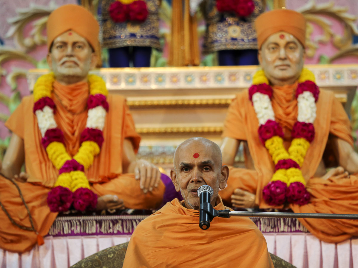 Param Pujya Mahant Swami blesses the Shastriji Maharaj Smruti Din assembly, 19 Sep 2016