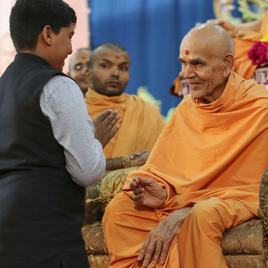 Param Pujya Mahant Swami blesses a child, 19 Sep 2016