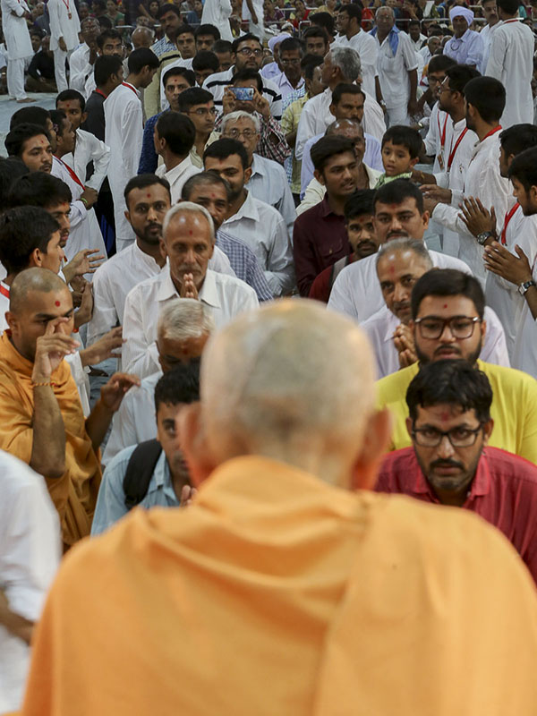 Devotees doing samip darshan of Param Pujya Mahant Swami, 19 Sep 2016