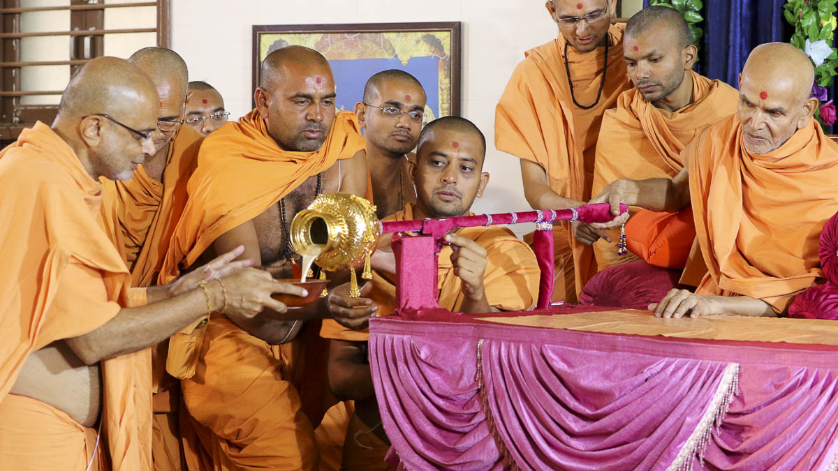 Param Pujya Mahant Swami serves sanctified dudhpak to sadhus, 19 Sep 2016