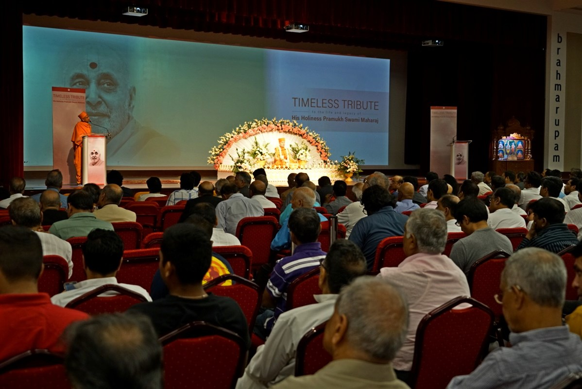 Pujya Yagnvallabh Swami addresses the tribute assembly