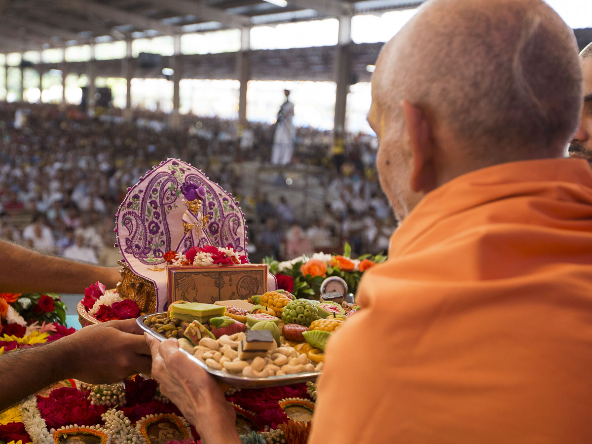 Param Pujya Mahant Swami offers thals to Shri Harikrishna Maharaj during his morning puja