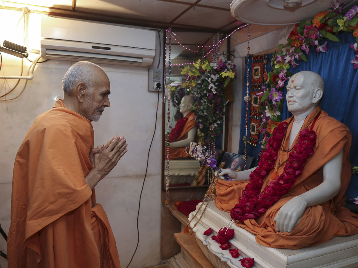 Param Pujya Mahant Swami engrossed in darshan of Brahmaswarup Shastriji Maharaj at birthplace, 28 Sep 2016