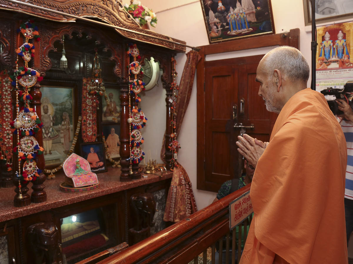 Param Pujya Mahant Swami engrossed in darshan of Thakorji at Brahmaswarup Shastriji Maharaj's birthplace, 28 Sep 2016