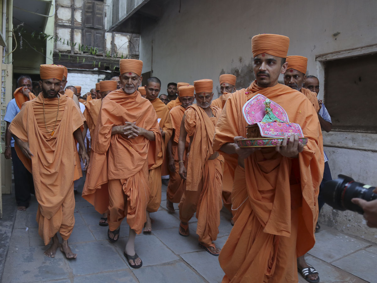 Param Pujya Mahant Swami in the streets of Mahelav, 28 Sep 2016