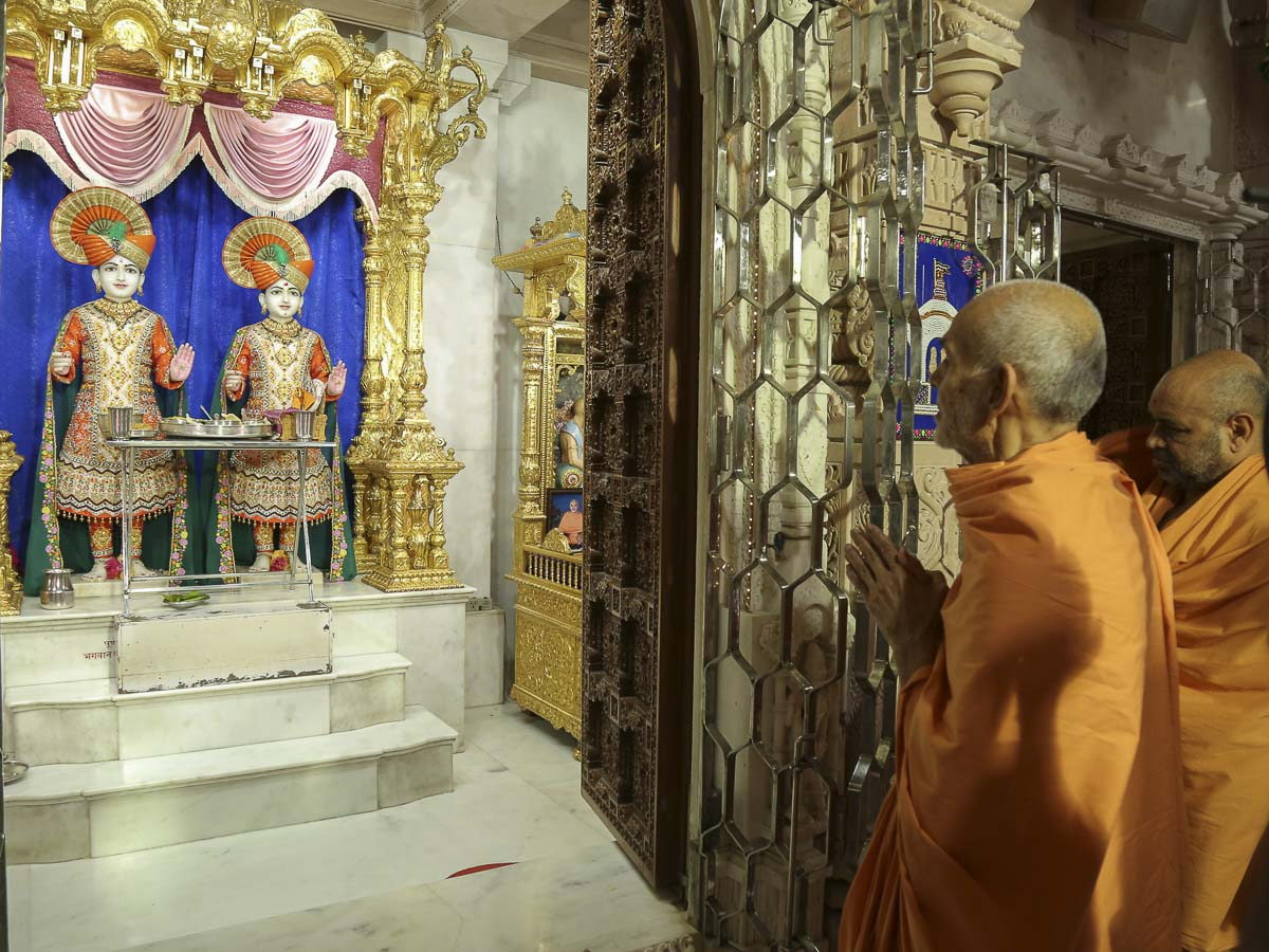 Param Pujya Mahant Swami engrossed in darshan of Thakorji at the mandir, 28 Sep 2016