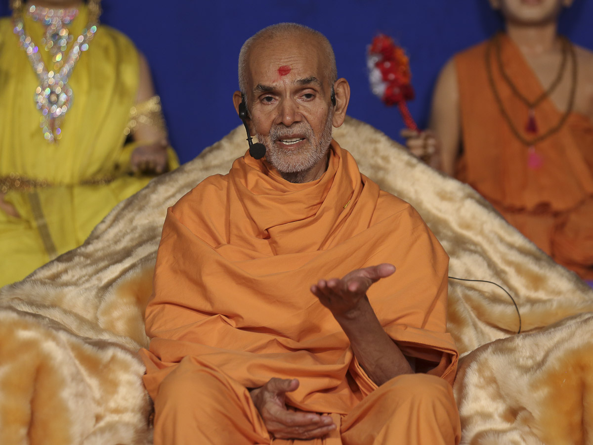 Param Pujya Mahant Swami blesses the welcome assembly, 28 Sep 2016