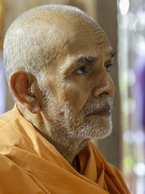 Param Pujya Mahant Swami engrossed in darshan of Thakorji, 29 Sep 2016