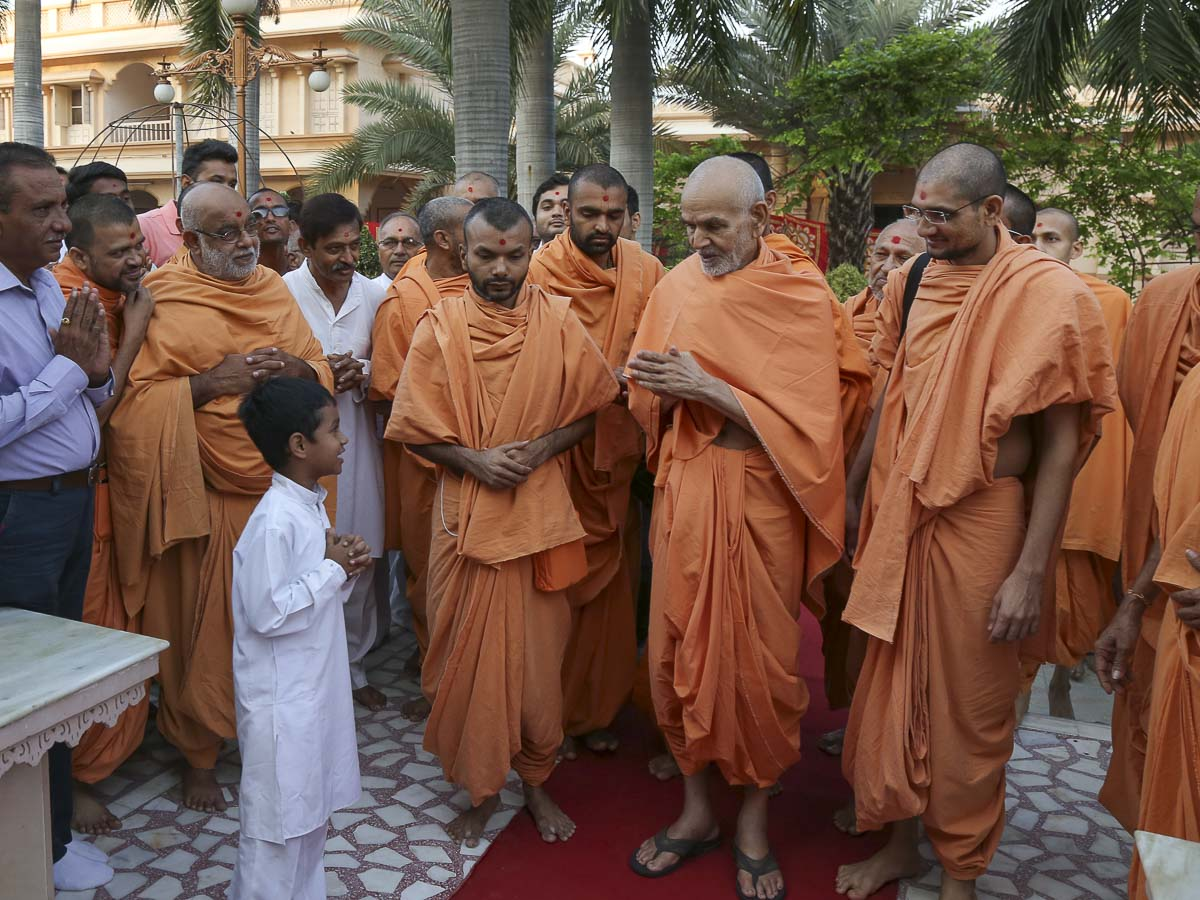 A child prays before Param Pujya Mahant Swami, 29 Sep 2016