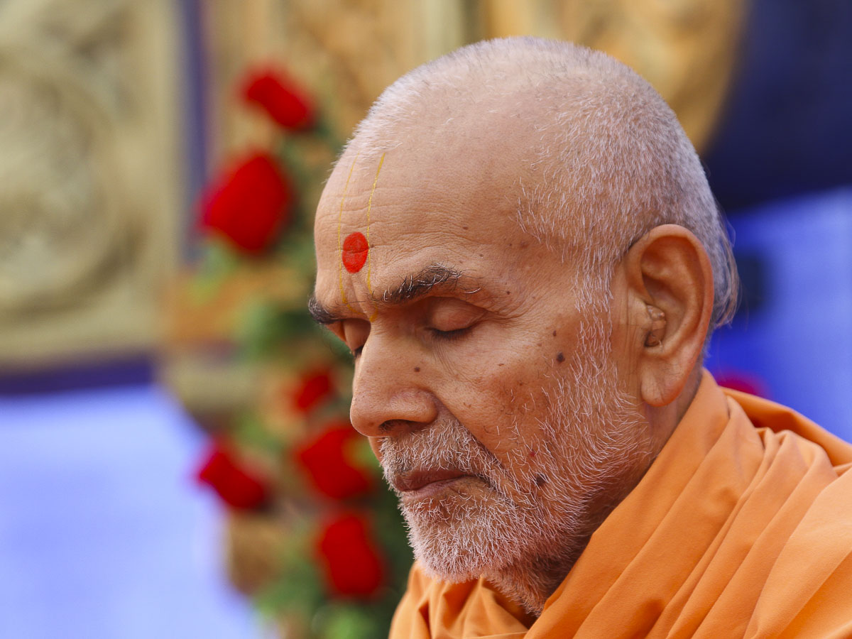 Param Pujya Mahant Swami performs his morning puja, 29 Sep 2016