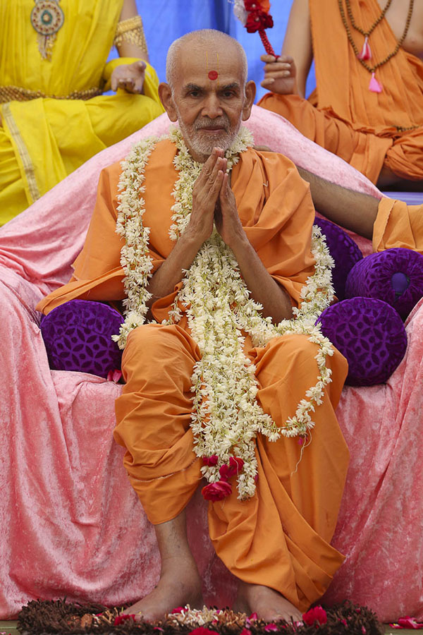 Param Pujya Mahant Swami honored with a garland, 29 Sep 2016