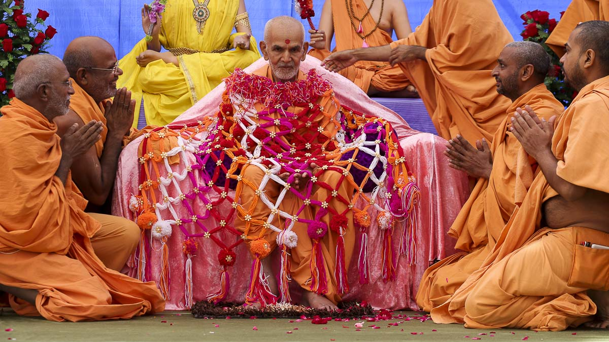 Sadhus honor Param Pujya Mahant Swami with a shawl, 29 Sep 2016