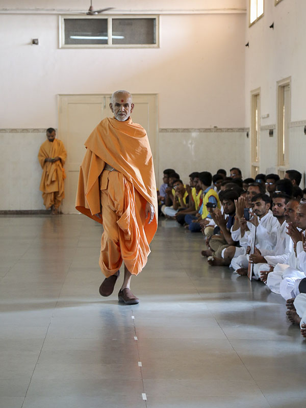 Param Pujya Mahant Swami during his evening walk, 29 Sep 2016