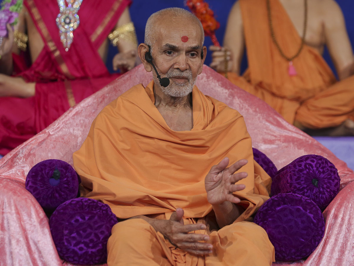 Param Pujya Mahant Swami blesses the evening satsang assembly, 29 Sep 2016