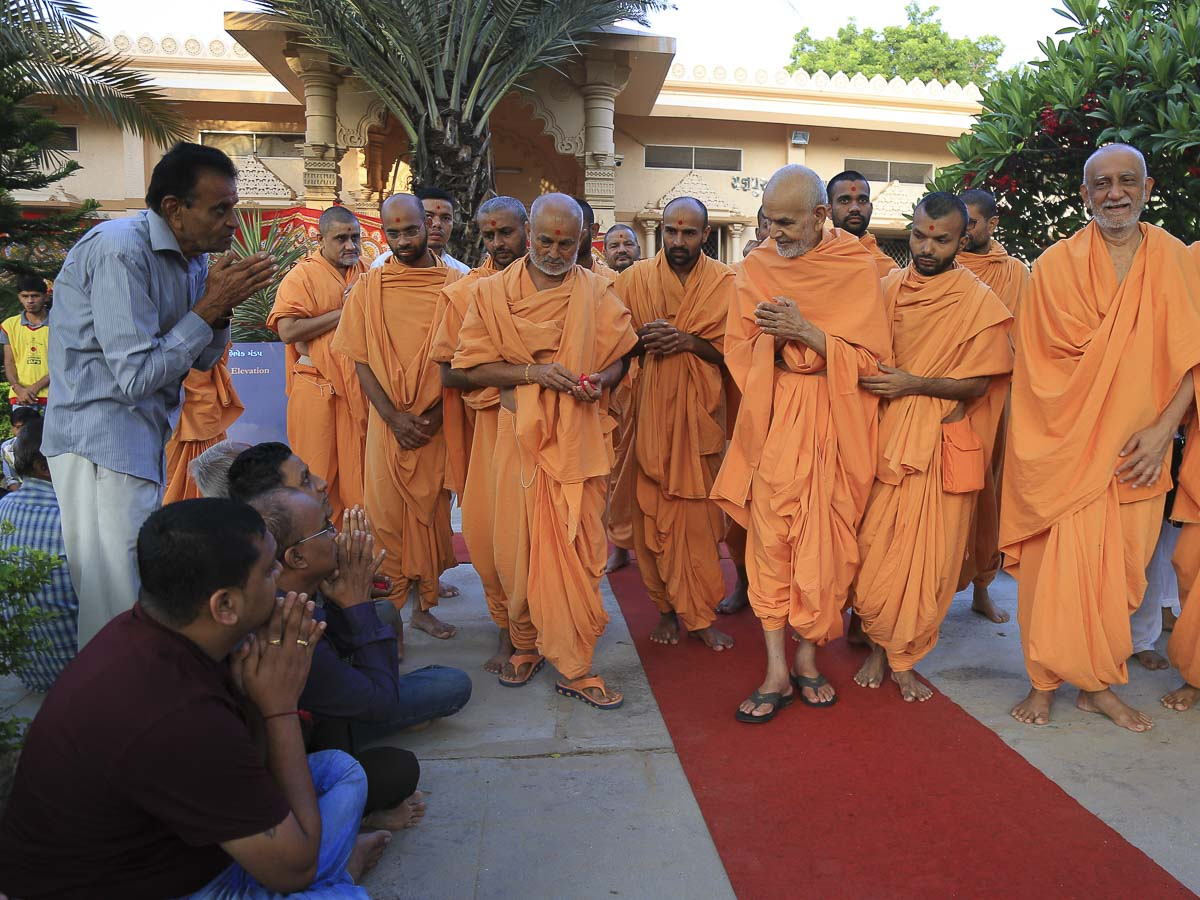 Devotees doing darshan of Param Pujya Mahant Swami, 30 Sep 2016