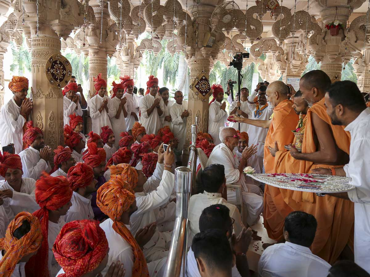 Param Pujya Mahant Swami blesses devotees by showering flower petals, 30 Sep 2016