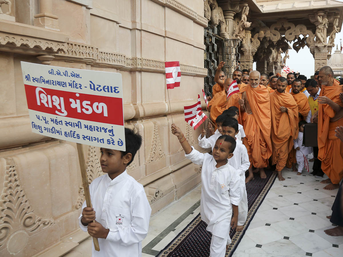 Param Pujya Mahant Swami with children in the mandir pradakshiana, 30 Sep 2016